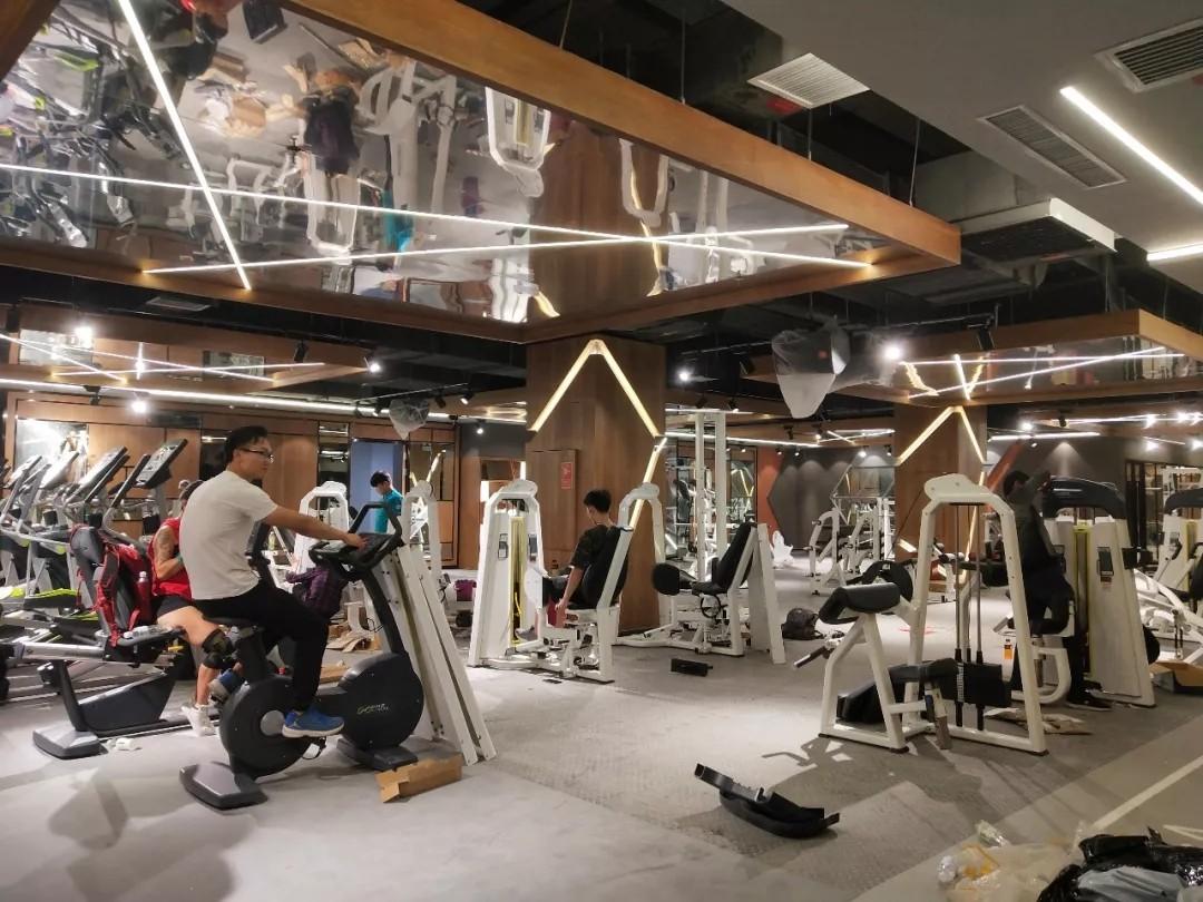 健身俱乐部单车房