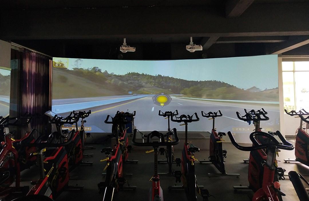 云南昆明嵩明县凤尊健身中心3D智能动感单车室